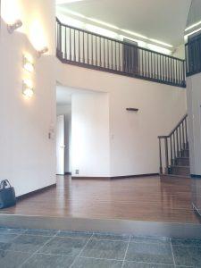 玄関から正面の階段方向