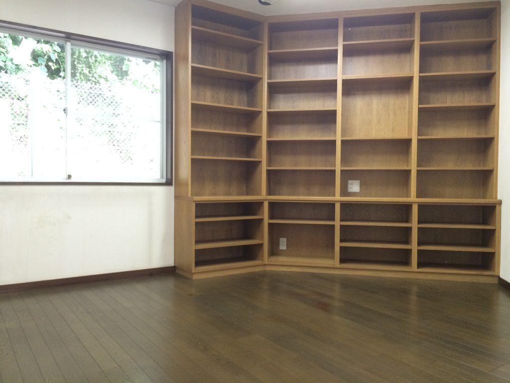 本棚が天井まである