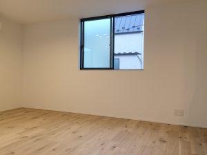 サッシを天井と同じラインまで上げることで天井が高く見える効果が