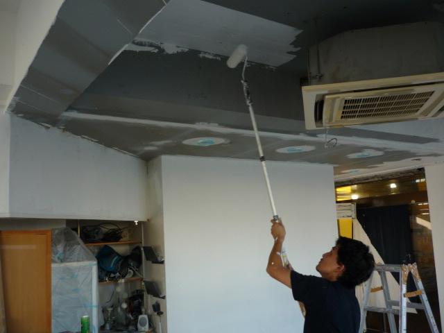 天井をせっせとペンキ塗り