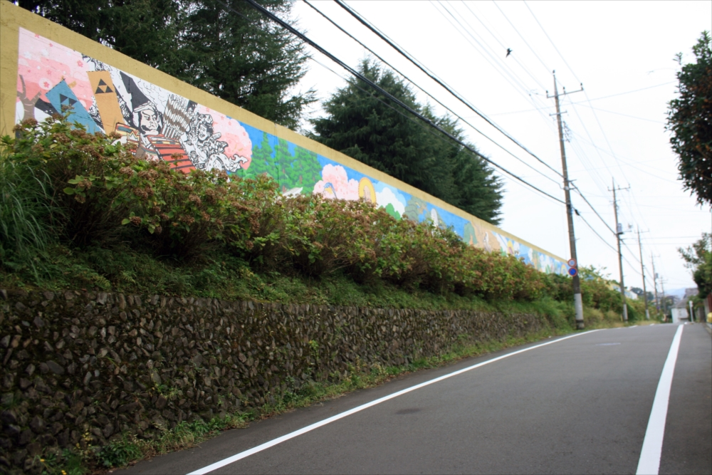 歩いて1分に巨大壁画_R